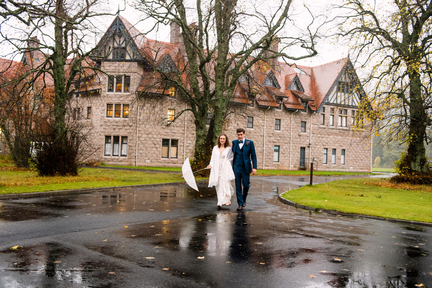 mar-lodge-wedding-under-rain